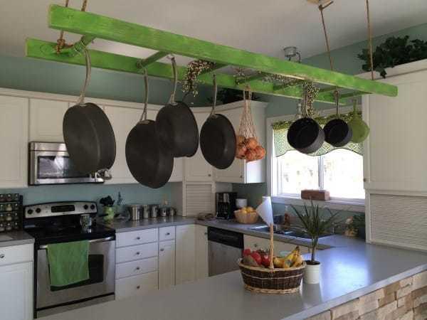 rangez vos casseroles sur une étagère suspendue