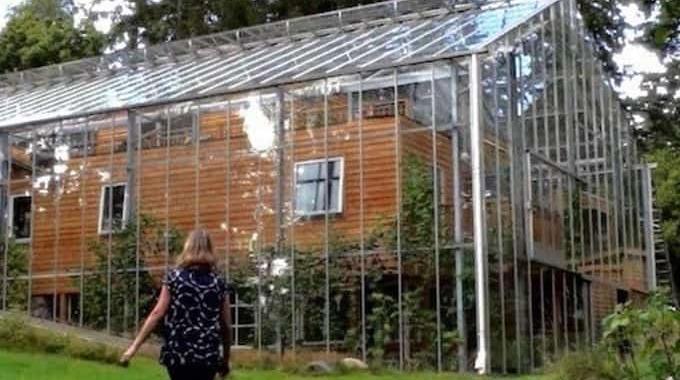 Ce couple a construit une serre tout autour de sa maison for Autour de sa maison