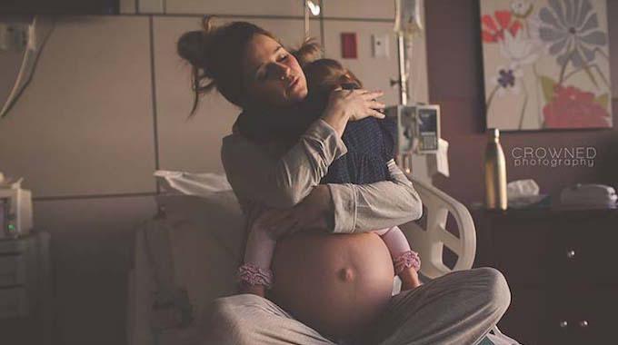 Cette Photo d'une Maman Qui Câline sa Fille Avant la Naissance de Son Nouveau Bébé Va Vous Faire Craquer !