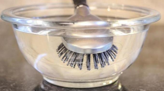 l 39 astuce efficace pour nettoyer une brosse cheveux toute grasse. Black Bedroom Furniture Sets. Home Design Ideas