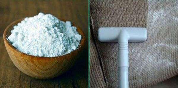 nettoyez un canapé avec un aspirateur et du bicarbonate