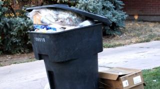 nettoyer poubelle extérieure qui pue