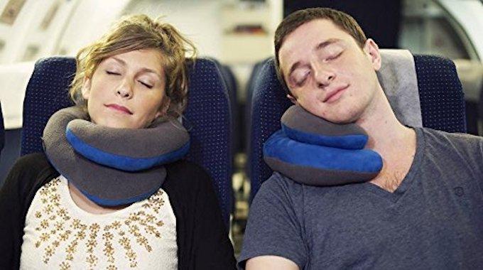 Enfin un oreiller de voyage qui emp che d 39 avoir la t te qui tombe - Dormir la tete a l est ...