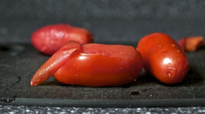 Mon Astuce de Grand-Mère Pour Peler les Tomates Facilement.