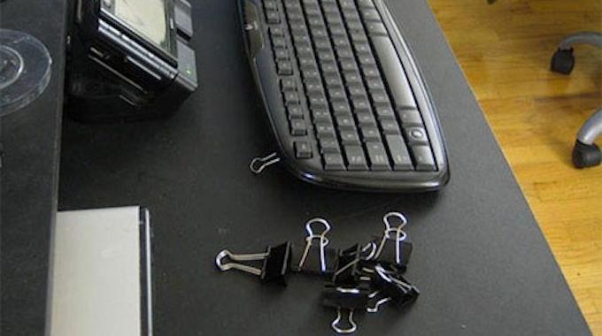 l 39 astuce magique pour r parer les pieds cass s de votre clavier d 39 ordi. Black Bedroom Furniture Sets. Home Design Ideas