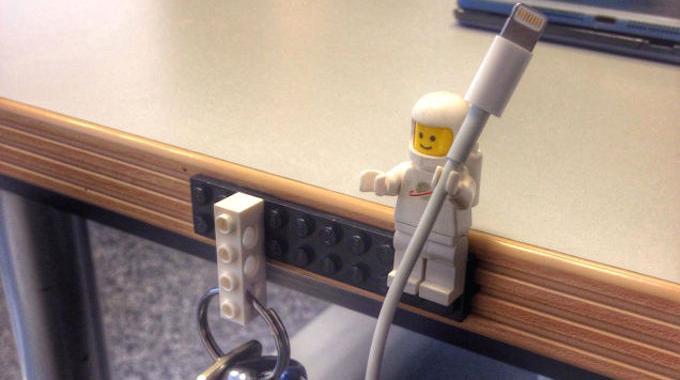 Les Figurines de LEGO Sont Parfaites Pour Tenir le Câble iPhone.