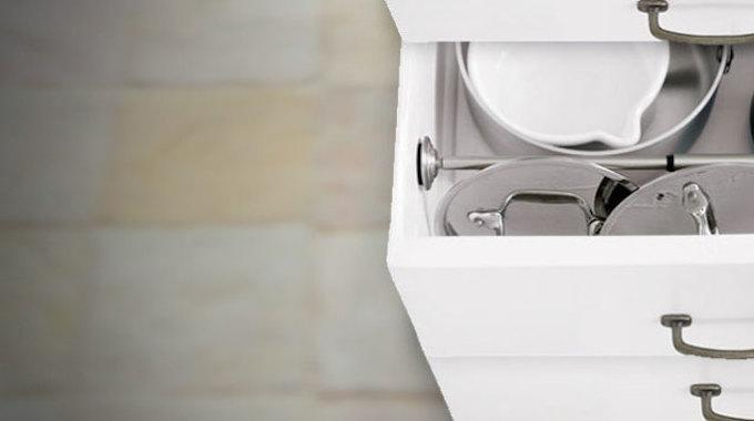 enfin une solution ing nieuse pour ranger les couvercles des casseroles. Black Bedroom Furniture Sets. Home Design Ideas