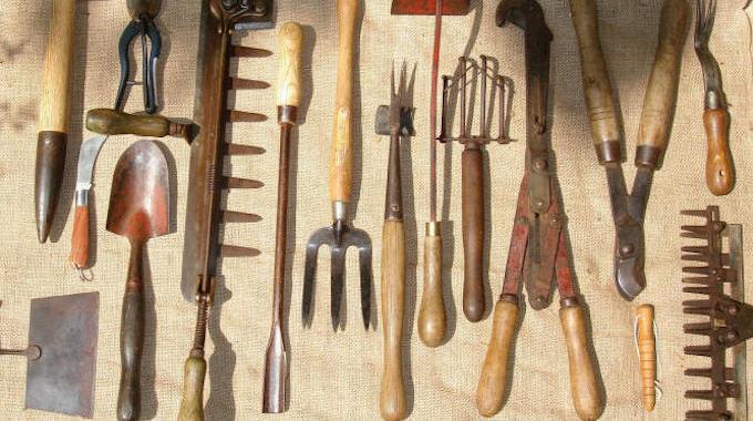 une technique pratique pour ranger ses outils de jardinage. Black Bedroom Furniture Sets. Home Design Ideas