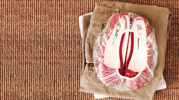 comment ranger proprement les chaussures dans votre valise. Black Bedroom Furniture Sets. Home Design Ideas