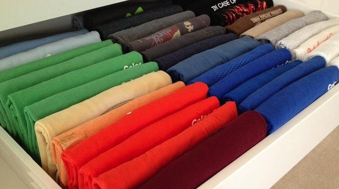 une nouvelle m thode astucieuse pour ranger vos t shirts dans un tiroir. Black Bedroom Furniture Sets. Home Design Ideas