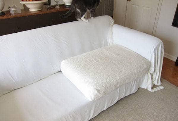 12 fa ons de r utiliser vos vieux draps de lit - Fabriquer une housse de canape ...