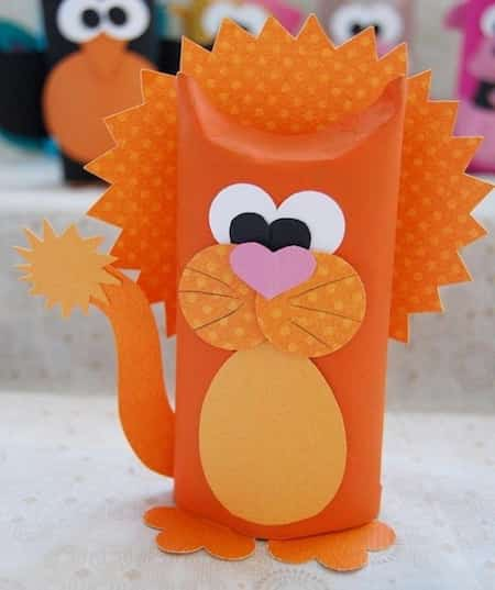 lion orange en rouleau papier wc