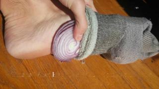 remède oignons dans chaussettes