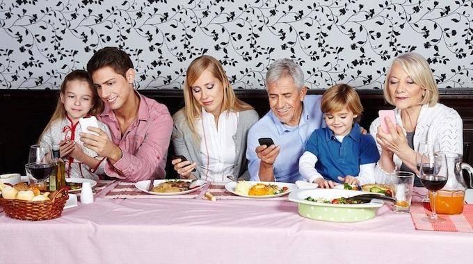 Le Jeu Qui Va Obliger Vos Amis À Poser Leur Portable Au Restaurant.