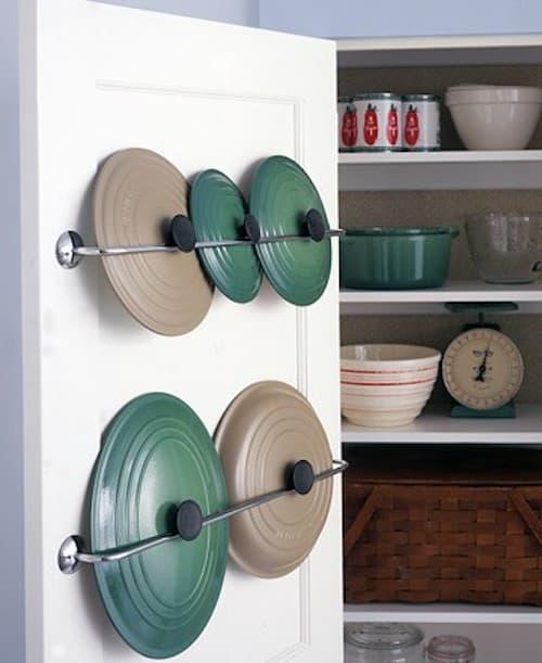 Une super astuce de rangement est d'utiliser un porte-serviette pour ranger les couvercles de casseroles.
