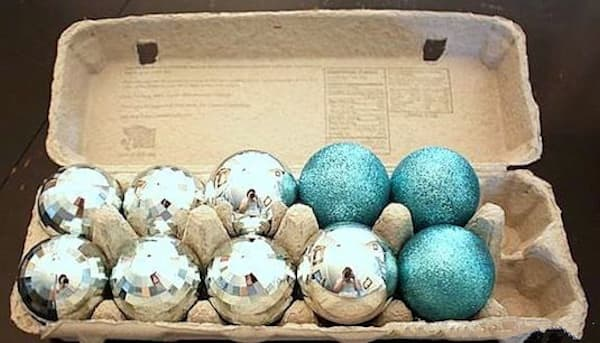 Une super astuce de rangement est d'utiliser une boîte d'œuf pour ranger vos décorations de Noël.