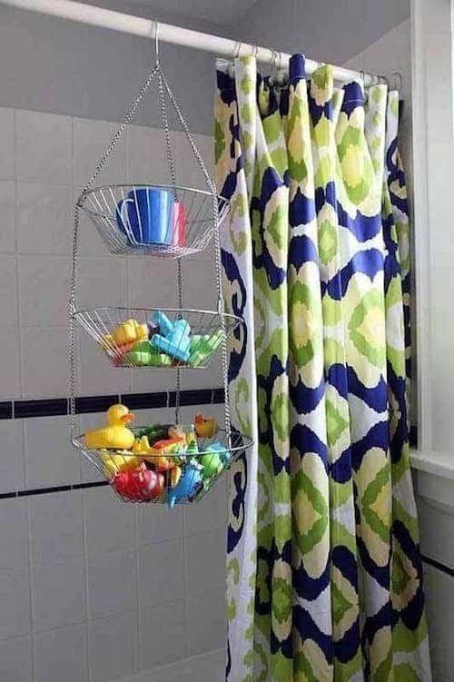 Une super astuce de rangement est d'utiliser une corbeille à fruits pour sécher les jouets des enfants après leur bain.