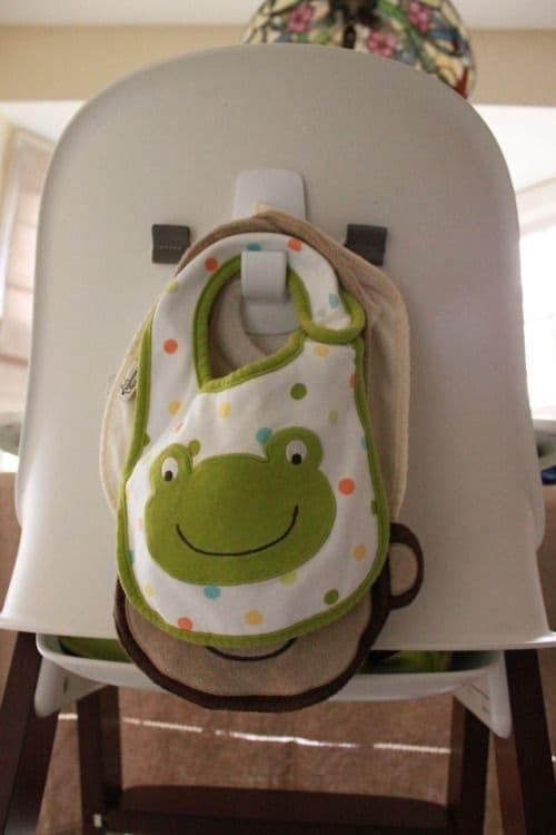 Une super astuce de rangement est d'utiliser un crochet derrière le siège bébé pour ranger ses bavoirs.