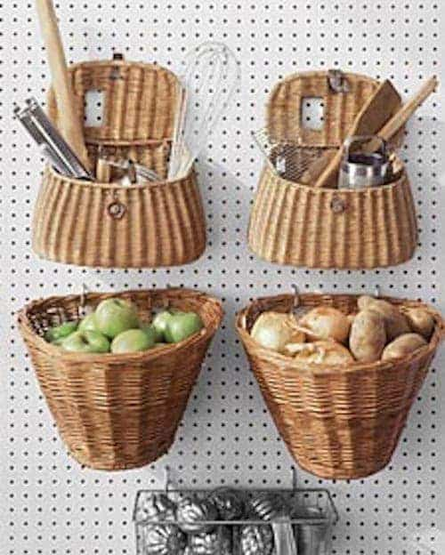 Une super astuce de rangement est d'utiliser des paniers suspendus pour ranger vos fruits et légumes.
