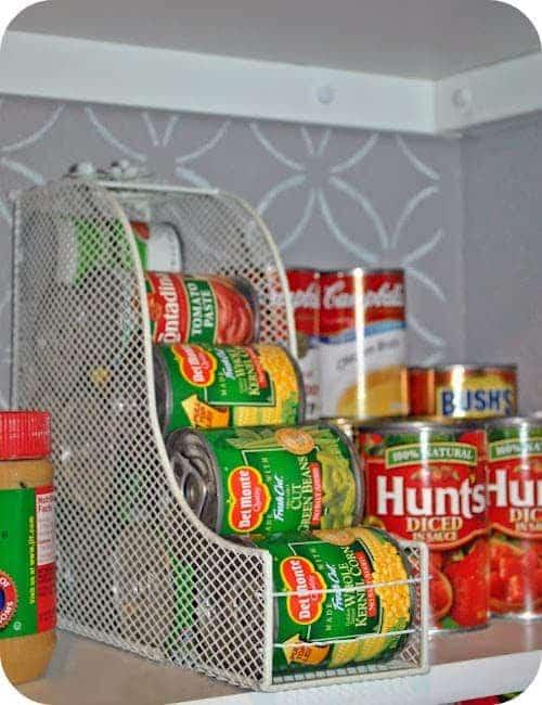 Une super astuce de rangement est d'utiliser des porte-revues pour ranger vos boîtes de conserve.