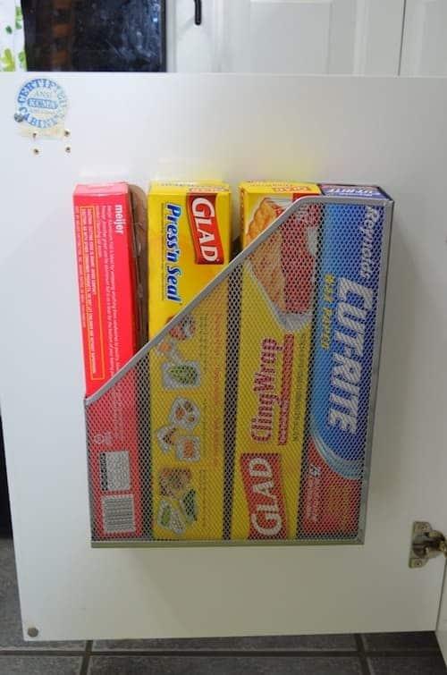 Une super astuce de rangement est d'utiliser un porte-revues pour ranger le papier alu et le film étirable.