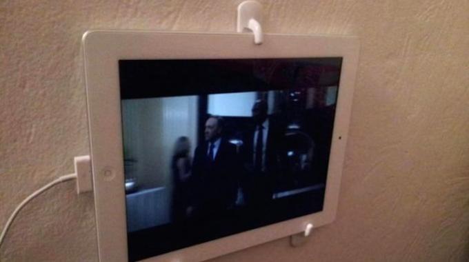 Le Support Mural iPad Pas Cher à 2 € pour Ne Plus Avoir Mal aux Bras.