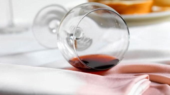 l 39 astuce efficace pour nettoyer une tache de vin rouge. Black Bedroom Furniture Sets. Home Design Ideas