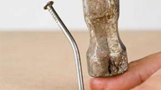 taper doigt avec marteau