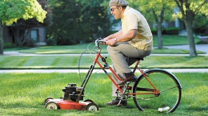 Contre les mauvaises herbes du jardin utilisez l 39 herbe de la tonte - Tondre la pelouse anglais ...