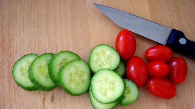 La Façon la Plus Rapide de Couper des Tomates Cerises en 2.