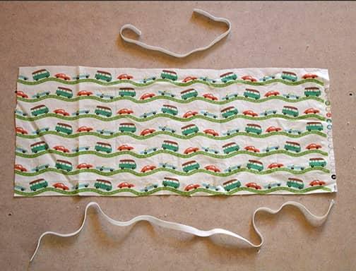 Découpez un bout de tissu pour faire une poche