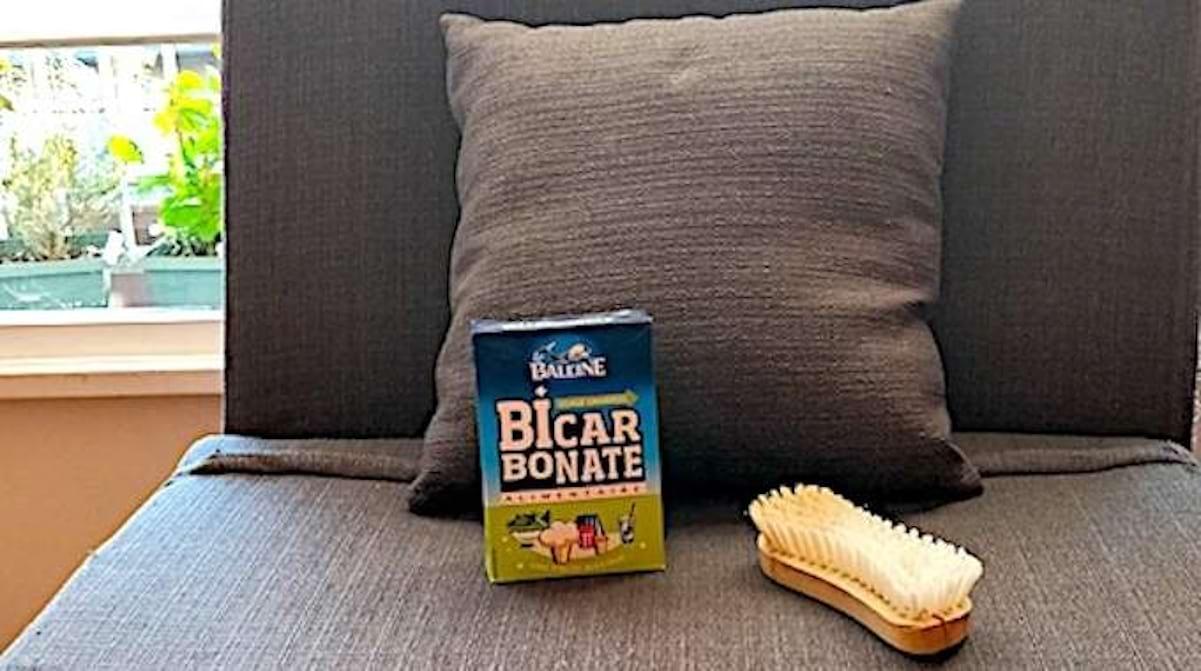 Comment Nettoyer Des Coussins De Caravane comment nettoyer un canapé en tissu avec du bicarbonate