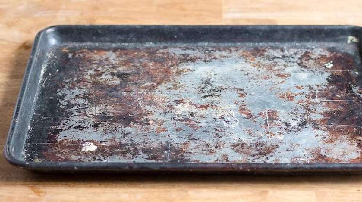 Comment Nettoyer Le Four 4 astuces spectaculaires pour nettoyer les plaques de four